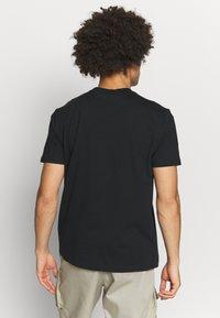 Champion Rochester - ROCHESTER THEME CREWNECK  - T-shirt imprimé - black - 2