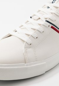 Levi's® - WOODWARD COLLEGE - Trainers - regular white - 5