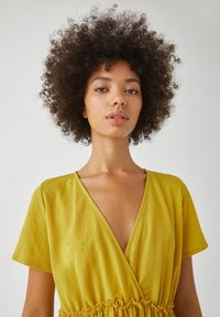 PULL&BEAR - WICKELOPTIK MIT RAFFUNGEN - Sukienka letnia - yellow - 3