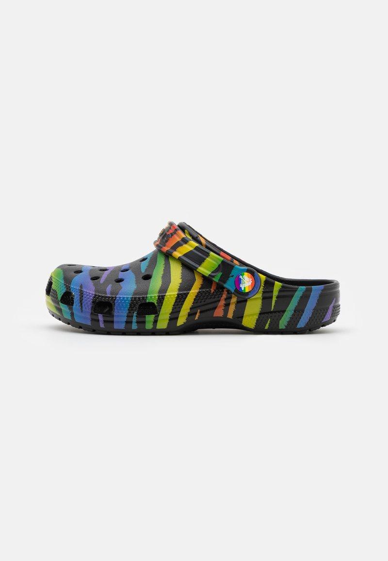 Crocs - CLASSIC PRIDE 2021 UNISEX - Sandalias planas - black/multicolor