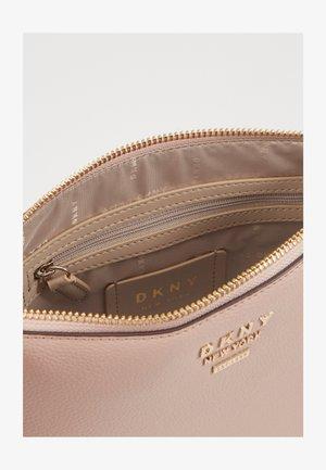 WHITNEY FLAT CROSSBODY - Across body bag - light pink