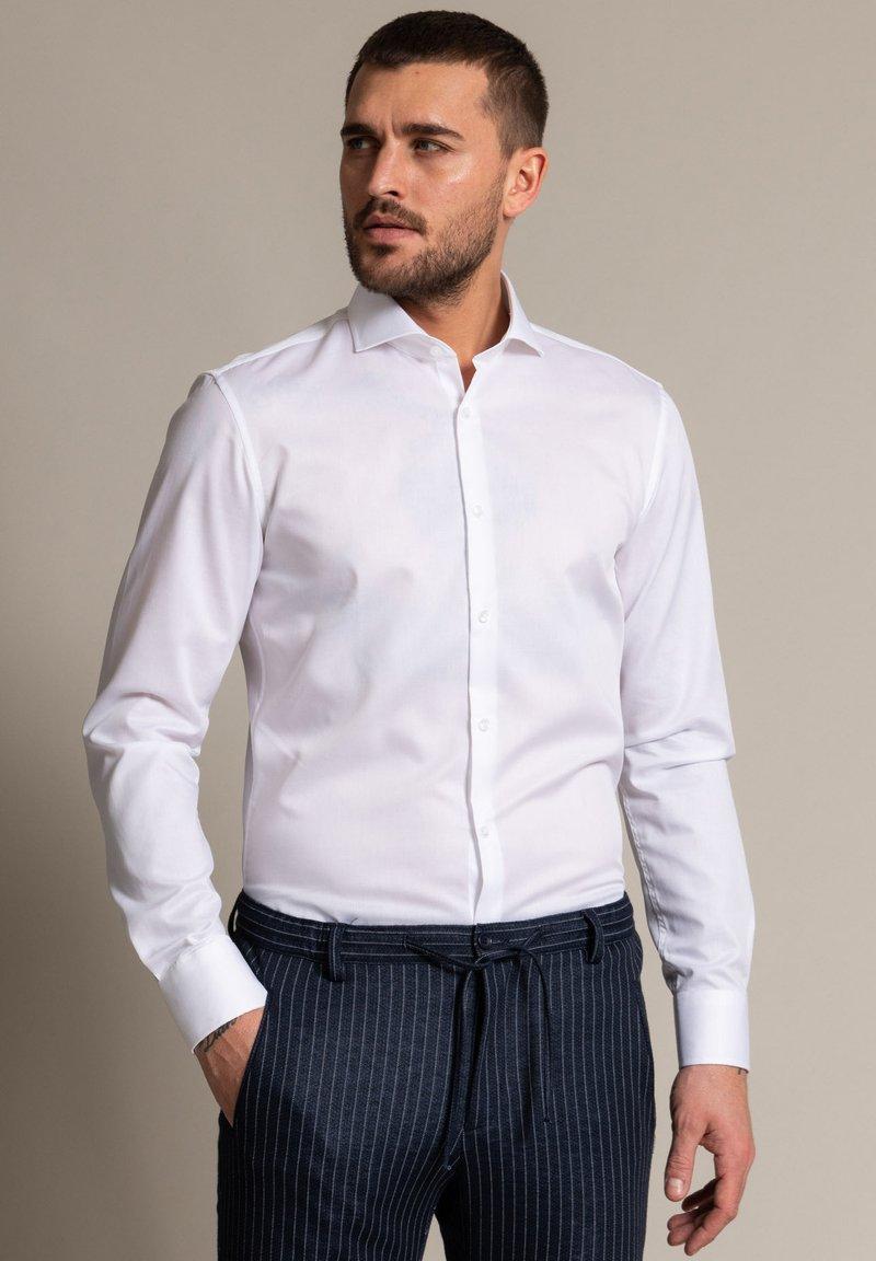 WORMLAND - Formal shirt - weiß