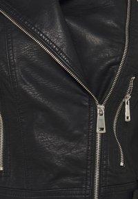 Vero Moda Petite - VMKERRIULTRA SHORT JACKET - Bunda zumělé kůže - black - 4