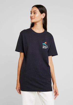 LADIES EXHALE TEE - Print T-shirt - navy