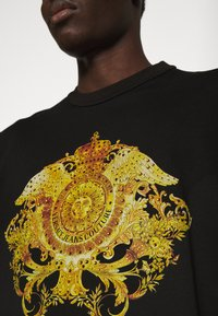 Versace Jeans Couture - MARK - T-shirt med print - black - 4