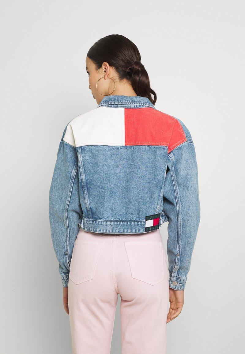 Tommy Jeans - CROP TRUCKER JACKET - Džínová bunda - denim light