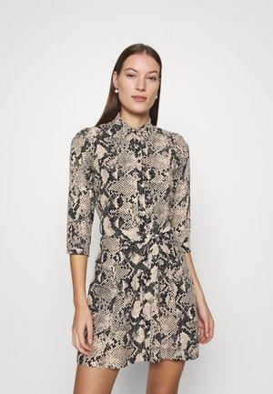SNAKE MINI SHIRT DRESS - Denní šaty - natural