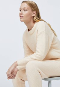 OYSHO - SOFT TOUCH FLUFFY - Nattøj bukser - beige - 3