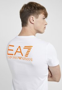 EA7 Emporio Armani - Print T-shirt - white/neon/orange - 6