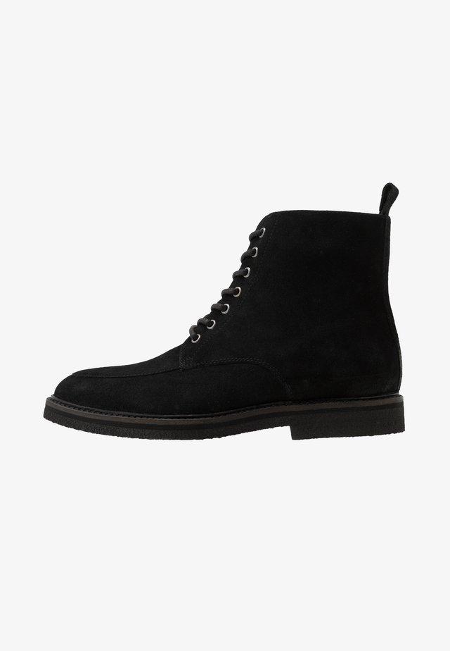 SLICK APRON BOOT - Stivaletti stringati - black