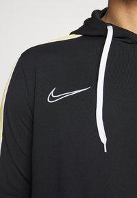 Nike Performance - DRY HOODIE - Langærmede T-shirts - black/saturn gold/white - 5
