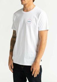 Billabong - ACCESS - Print T-shirt - white - 3
