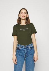 Calvin Klein Jeans - ROUND TEE - Print T-shirt - deep depths - 0