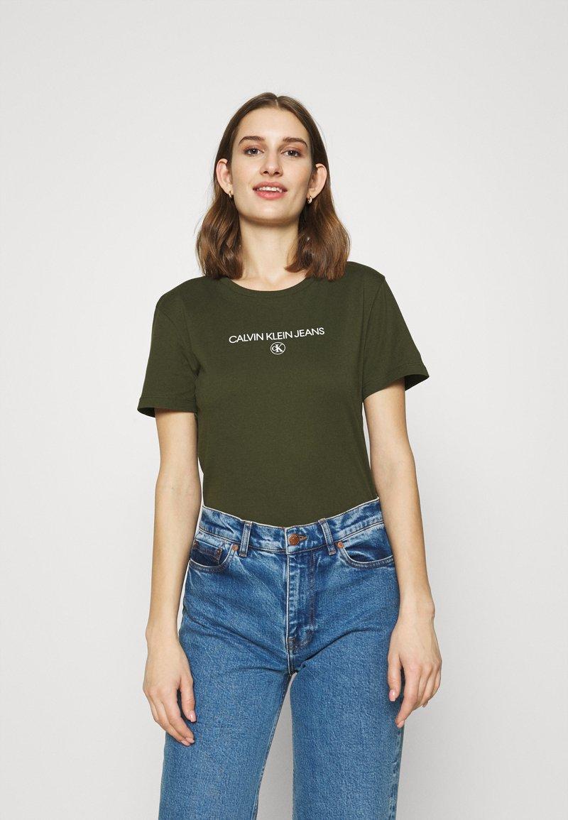Calvin Klein Jeans - ROUND TEE - Print T-shirt - deep depths