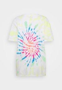 Hollister Co. - OVERSIZED TREND TEE - Print T-shirt - spiral wash - 5