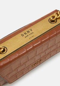 DKNY - COOPER BOX CROSSBODY - Skulderveske - caramel - 4