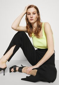4th & Reckless - AMY TROUSER - Kalhoty - black - 4