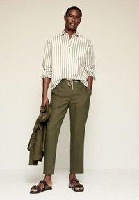 Mango - RELAXED FIT - Pantalon classique - khaki - 1