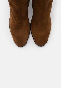 Furla - ESTER KNEE BOOT - Boots med høye hæler - cognac - 6
