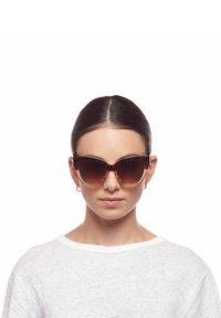 Le Specs - LE VACANZE - Sunglasses - tort sand splice / gold - 1