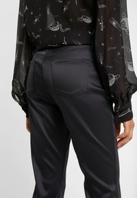 J Brand - SELENA MID RISE CROP BOOT - Bootcut jeans - black - 5