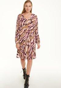 comma - MIT ALLOVER-PRINT - Day dress - pink zebra lines - 1