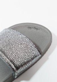 flip*flop - POOL METALLIC CRACKED - Mules - steel - 6