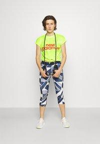 New Balance - ACHIEVER COLLIDE TEE - Koszulka sportowa - bleached lime glo - 1