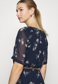 Vero Moda - VMFALLIE BELT DRESS - Denní šaty - navy blazer/newhallie - 4