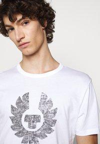 Belstaff - COTELAND  - Print T-shirt - white - 3