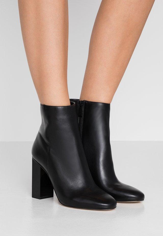 PETRA BOOTIE - Korte laarzen - black
