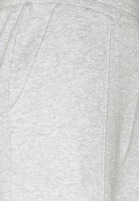 Pieces Petite - PCCHILLI WIDE PANTS - Tracksuit bottoms - light grey melange - 2