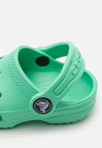 Crocs - CLASSIC UNISEX - Sandali da bagno - pistachio - 5