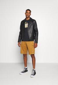 Levi's® - GRAPHIC CREWNECK TEE - T-shirt con stampa - black - 1