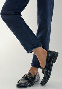 Massimo Dutti - MIT HALBHOHEM BUND - Slim fit jeans - dark blue - 5