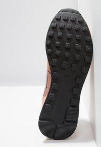 Nike Sportswear - INTERNATIONALIST - Trainers - rose gold/wolf grey/summit white/black - 6