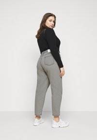 Glamorous Curve - LADIES  - Relaxed fit jeans - bleached light grey - 2