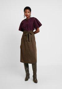 Great Plains London - BEAU BELT - Áčková sukně - dark olive - 1