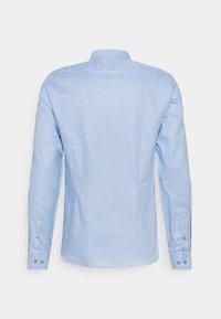 Calvin Klein Tailored - MOTIF EASY CARE SLIM SHIRT - Formal shirt - light blue - 1