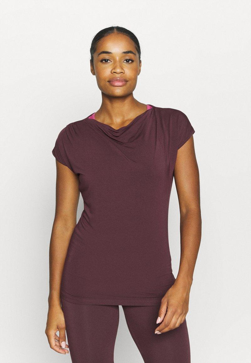 Curare Yogawear - WASSERFALL - T-shirt basic - bordeaux