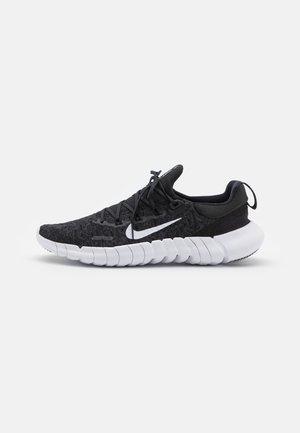 FREE RN 5.0 2021 - Neutral running shoes - black/white/dark smoke grey