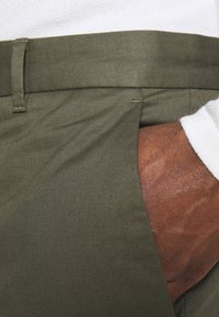 Wood Wood - MARCUS LIGHT TWILL TROUSERS - Chinot - olive - 4