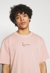 Karl Kani - SMALL SIGNATURE TEE UNISEX  - Print T-shirt - rose - 3