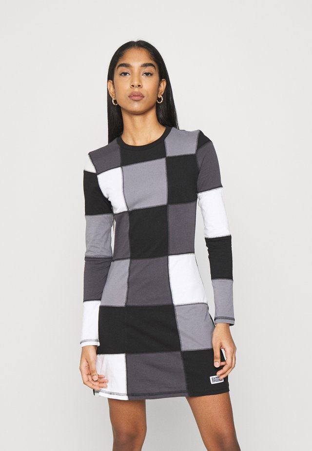 MONO SQUARE PANELLED DRESS OVERLOCK SEAMS - Jerseyjurk - black/white/grey