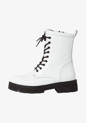 Platform ankle boots - white pat.comb