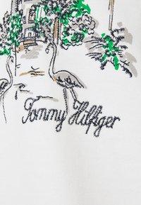 Tommy Hilfiger - OVERSIZED BOX TOWER HOODIE - Sweatshirt - ecru - 2