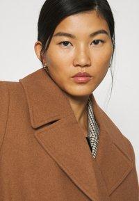 JUST FEMALE - LEOLA COAT - Zimní kabát - walnut - 4