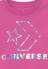Converse - STAR CHEVRON IRIDESCENT - T-shirt imprimé - active fuchsia - 2