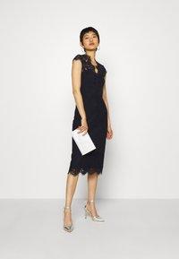 IVY & OAK - SHIFT DRESS MIDI - Cocktail dress / Party dress - navy blue - 1