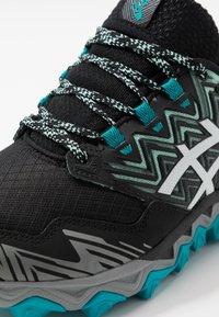 ASICS - GEL-FUJITRABUCO 8 G-TX - Chaussures de running - fresh ice/white - 5